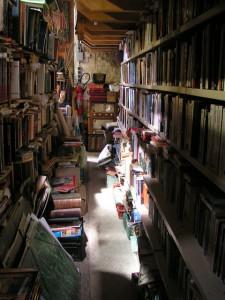 pasillo estrecho libros